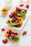 Fruktefterrätten skjuter in med ricottaost, kiwin, aprikons, jordgubben, blåbäret och den röda vinbäret Arkivbilder