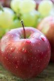 Frukter äpple och druva Arkivbild