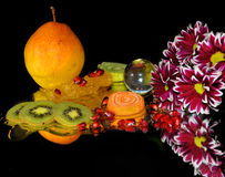 Frukter, candys och blommor Royaltyfria Bilder