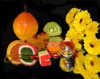 Frukter, candys och blommor Arkivbild