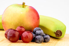 Frukter druvor, äpplen, blåbär royaltyfri fotografi