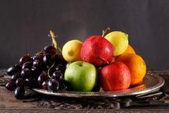 Frukter försilvrar på uppläggningsfat Fotografering för Bildbyråer