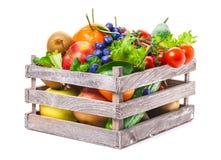 Frukter grönsaker i träask Royaltyfri Fotografi