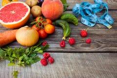 Frukter grönsaker och i måttband Royaltyfria Foton