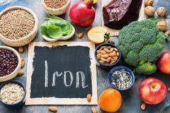 Frukter, grönsaker, skidfrukter, muttrar och lever med det höga järninnehållet Mat med järn ovanför sikt placera text royaltyfria bilder