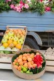 Frukter i en ask som är till salu på gatan nära en lastbil, Italien, Apulia, Salento, lodlinje arkivfoto