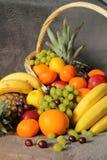 Frukter i en korg Royaltyfri Foto