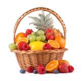 Frukter i en korg Royaltyfri Bild