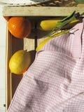 Frukter i en träspjällåda Royaltyfri Bild