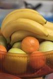 Frukter i en vas i köket Royaltyfria Foton