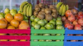 Frukter i kulöra träspjällådor Burar som är fulla av frukt royaltyfri bild