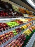 Frukter i livsmedelsbutik Arkivbild