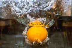 Frukter i vatten, aquashake, apelsin Royaltyfri Foto
