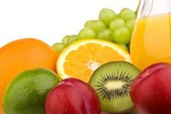 Frukter med orange fruktsaft Arkivbild