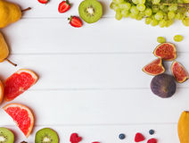 Frukter och bär på den vita tabellen Royaltyfria Foton