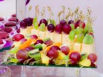 Frukter och efterrätter på banketttabellen bufferten catering royaltyfria foton