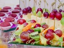 Frukter och efterrätter på banketttabellen bufferten catering fotografering för bildbyråer