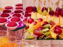 Frukter och efterrätter på banketttabellen bufferten catering arkivfoto