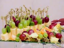 Frukter och efterrätter på banketttabellen bufferten catering royaltyfria bilder