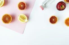 Frukter och flaska av vatten på vit bakgrund Sund nutritio Royaltyfri Foto