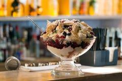 Frukter och glass i den glass bunken Arkivfoton