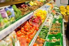 Frukter och grönsaker är på hyllorna av supermarket äta som är sunt fotografering för bildbyråer