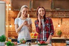 Frukter och grönsaker, den bästa matvaror Unga kvinnliga vänner som tillsammans förbereder vegetariskt mål i modernt kök cozy royaltyfri bild