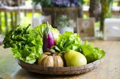 Frukter och grönsaker i korg Arkivbilder