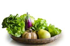 Frukter och grönsaker i korg Fotografering för Bildbyråer