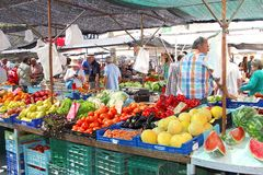 Frukter och grönsaker marknadsför i Pollenca på ön av Mallorca (Majorca), Spanien Fotografering för Bildbyråer