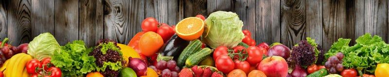 Frukter och grönsaker på bakgrund av träväggen Sund vege royaltyfri illustrationer