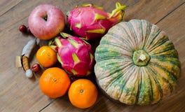 Frukter och grönsaker på ett trägolv i köket. Royaltyfri Foto