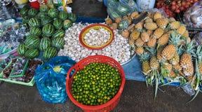 Frukter och grönsaker på marknaden i Tra Vinh, Vietnam Royaltyfria Foton