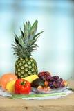 Frukter och grönsaker på trätabellen Arkivbilder