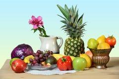 Frukter och grönsaker på trätabellen fotografering för bildbyråer