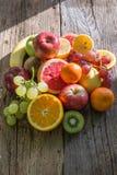 Frukter och grönsaker som förläggas över golvet Arkivbild
