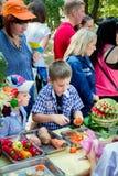 Frukter och grönsaker som snider seminariet för barn royaltyfri fotografi