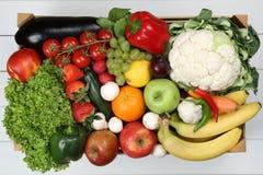 Frukter och grönsaker gillar apelsiner, äpple i träaskgrocerie Royaltyfria Foton