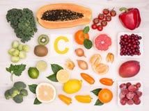 Frukter och grönsaker som innehåller vitamin C Arkivfoto