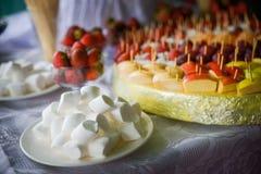 Frukter och marshmallow arkivbild