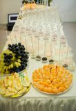 frukter och sötsaker som tjänas som på den vita tabellen royaltyfria bilder