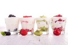 Frukter och yoghurt royaltyfria foton
