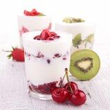 Frukter och yoghurt arkivfoto
