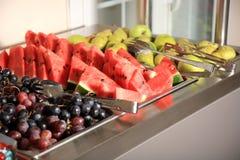 Frukter på en buffé royaltyfri bild