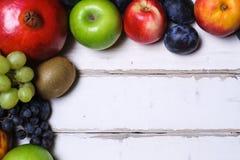 Frukter på en trätabell arkivbilder
