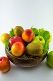 Frukter på en vitbakgrund Arkivfoto