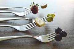 Frukter på gaffel royaltyfri fotografi