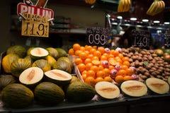 Frukter på La Boqueria marknadsför, Barcelona, Spanien Fotografering för Bildbyråer
