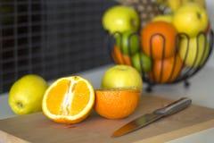 Frukter på tabellen i köket Royaltyfri Foto