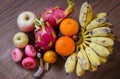 Frukter på trägolv Arkivfoto